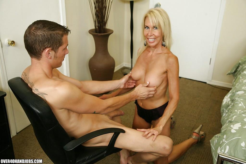 Опытная женщина с молодым парнем фото